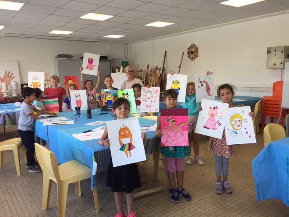 enfants qui montrent leurs dessins